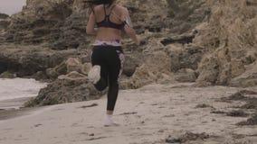 Potomstwo napad bawi się kobiety jogging na plaży Super zwolnione tempo stabilizatoru strzały zbiory