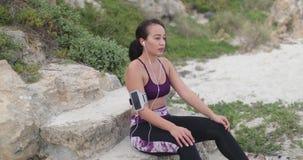 Potomstwo napad bawi się kobiety odpoczywa po treningu na plaży zdjęcie wideo
