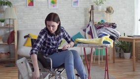 Potomstwo obezwładniający kobiety gospodyni domowej domycie odziewa, sprzątanie zbiory