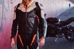 Potomstwo odwa?ny rowerzysta stoi blisko jego motobike w spokojnym tunelu zdjęcie stock