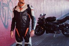 Potomstwo odwa?ny rowerzysta stoi blisko jego motobike w spokojnym tunelu zdjęcie royalty free