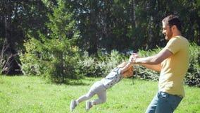 Potomstwo ojca wir jego mała córka outdoors zbiory wideo