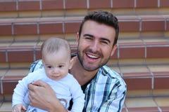 Potomstwo ojciec bawić się z jego małym dzieckiem obraz stock