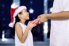 Potomstwo ojciec daje Bożenarodzeniowemu prezentowi jego córka Obraz Royalty Free