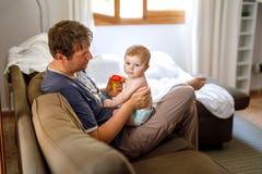 Potomstwo ojciec i śliczna mała dziewczynka w domu Rodzina na letnim dniu zdjęcie royalty free