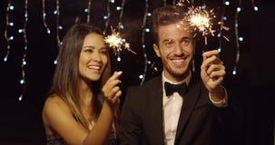 Potomstwo para świętuje nowego roku z sparklers zbiory