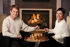 Potomstwo para bawić się szachy Zdjęcie Royalty Free