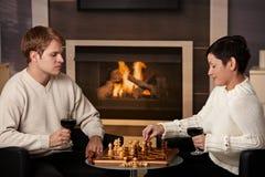 Potomstwo para bawić się szachy zdjęcia royalty free