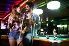 Potomstwo para bawi? si? snooker w barze wp?lnie fotografia royalty free