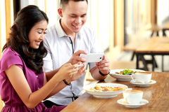 Potomstwo para bierze fotografie ich jedzenie Zdjęcie Royalty Free