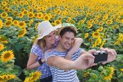 Potomstwo para bierze fotografie w słonecznika polu obrazy stock