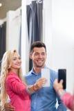 Potomstwo para Bierze Selfie fotografii Trafnego pokoju mody sklep, Szczęśliwy Uśmiechnięty mężczyzna I kobieta zakupy klientów P obrazy stock