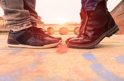 Potomstwo para całuje outdoors - kochankowie chowali datę przy sunse Zdjęcia Stock