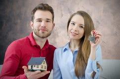 Potomstwo para cieszy się dostawać klucze swój do domu Fotografia Stock