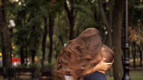Potomstwo para cieszy się each inny w wakacje parku zbiory wideo