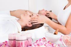 Potomstwo para cieszy się masaż Obraz Stock