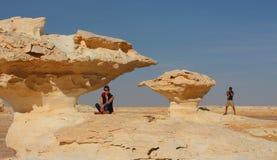 Potomstwo para cieszy się widoki po środku zadziwiającej biel pustyni Zdjęcia Stock