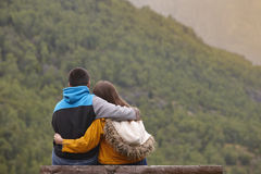 Potomstwo para cieszy się zielonego las przy zmierzchem Norwegia krajobraz obrazy royalty free