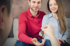 Potomstwo para cieszy się zakup swój do domu Zdjęcia Royalty Free