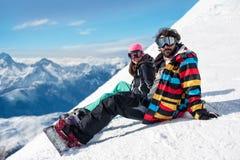 Potomstwo para cieszy się zim góry Zdjęcia Royalty Free