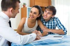 Potomstwo para i bankowość agent indoors Fotografia Royalty Free