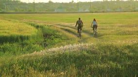 Potomstwo para jeździć na rowerze wpólnie w wsi zbiory wideo