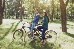 Potomstwo para jedzie retro rower Zdjęcia Royalty Free