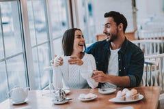 Potomstwo para jest Odpoczynkowa w kawiarni obrazy royalty free
