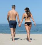 Potomstwo para na piaskowatej plaży Obrazy Stock