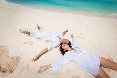 Potomstwo para na plaży Zdjęcia Stock