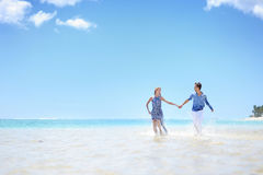 Potomstwo para na tropikalnej wyspie Zdjęcia Royalty Free