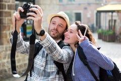 Potomstwo para na wakacjach bierze selfie zdjęcia stock