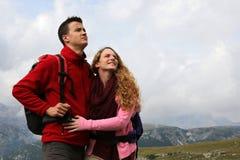 Potomstwo para na wakacjach w górach Fotografia Royalty Free