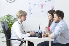 Potomstwo para odwiedza gynecologist zdjęcie royalty free