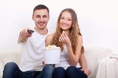 Potomstwo para ogląda tv Fotografia Royalty Free
