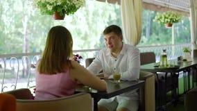 Potomstwo para Opowiada na restauracja tarasie zdjęcie wideo