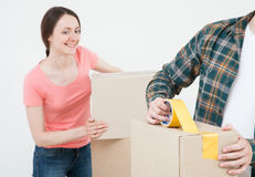 Potomstwo para pakuje ich rzeczy w kartonach Zdjęcie Royalty Free