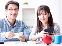 Potomstwo para patrzeje rodzina finanse papiery zdjęcie stock