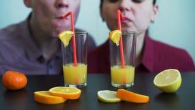 Potomstwo para Pije Świeżego sok pomarańczowego Wpólnie zdjęcie wideo