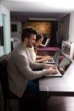 Potomstwo para przed ich laptopami w domu Obrazy Royalty Free