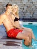Potomstwo para przy basenem obraz stock