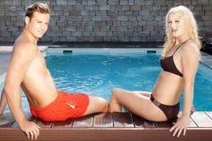 Potomstwo para przy basenem fotografia stock