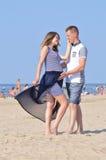 Potomstwo para przy morzem zdjęcia stock