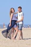 Potomstwo para przy morzem zdjęcia royalty free