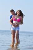 Potomstwo para przy morzem fotografia royalty free