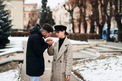 Potomstwo para przy spotkaniem Romantyczna para cieszy się w momentach szczęście obraz stock