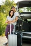 Potomstwo para przygotowywał dla wycieczki samochodowej Zdjęcie Royalty Free