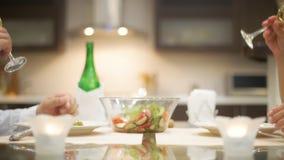 Potomstwo para romantycznego gościa restauracji z szampanem zbiory