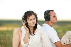 Potomstwo para słucha muzyka fotografia stock