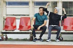 Potomstwo para siedzi w stadium z szczęśliwym twarzy wyrażeniem zdjęcie stock